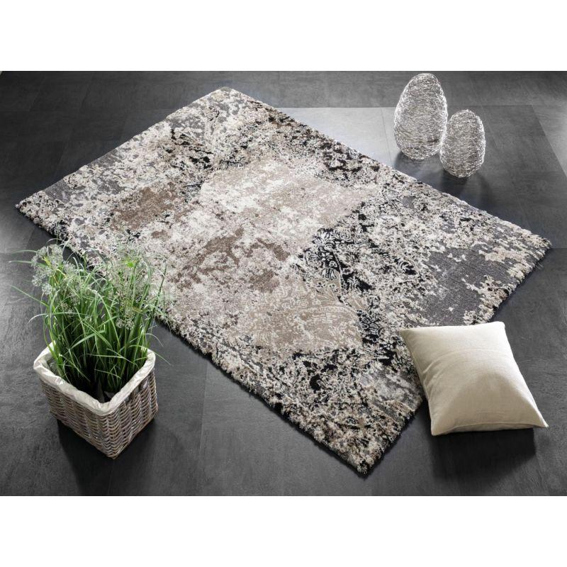 Moderný Shaggy koberec s hustým vlasom v béžovo hnedej farbe so šedým základom.