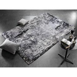 Šedo čierny koberec Shaggy typu. Vlas vytvára jemný reliéf.