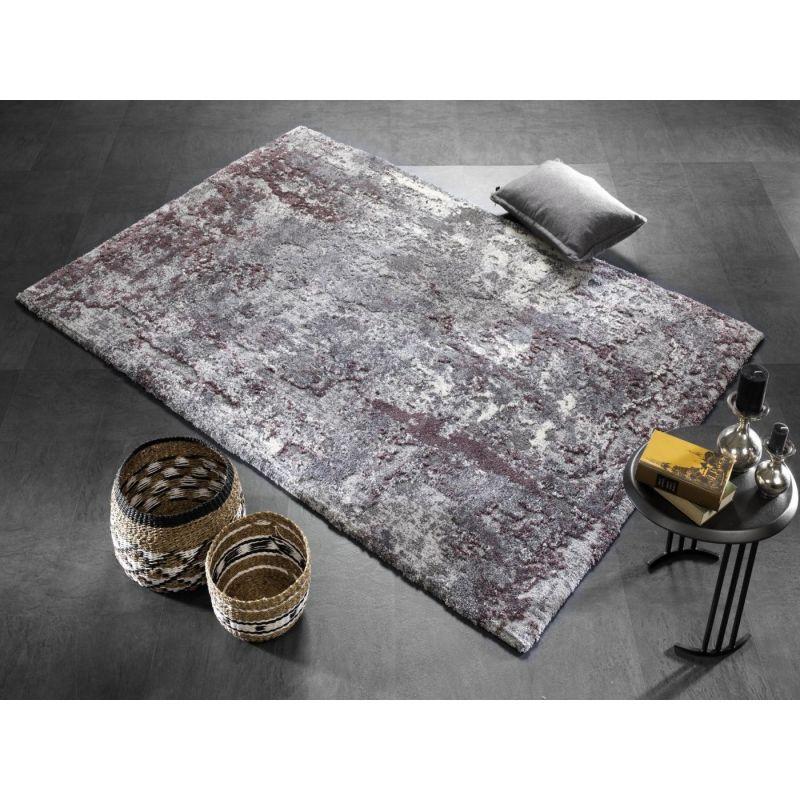 Príjemný koberec typu Shaggy, ktorý sa ľahko udržiava. Vlas s 3D efektom v šedo fialovej farbe.
