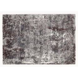 Celkový pohľad na šedo fialový koberec s abstraktným motívom. Vlas je príjemne vysoký, tlmí zvuk a ľahko sa udržiava.