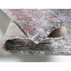 Detail shaggy koberca v šedo staro rúžovej farbe.