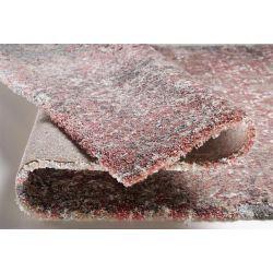 Detail šedo ružového koberca - stredne vysoký, hustý vlas.