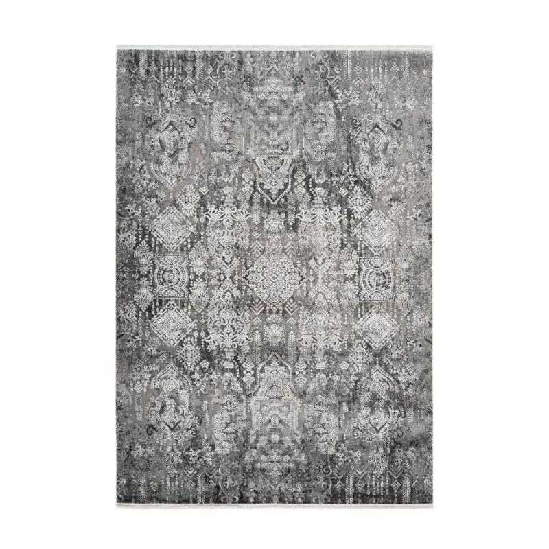 Moderný tmavý koberec s orientálnym dizajnom v strieborných farbách. Dizajn Pierre Cardin.