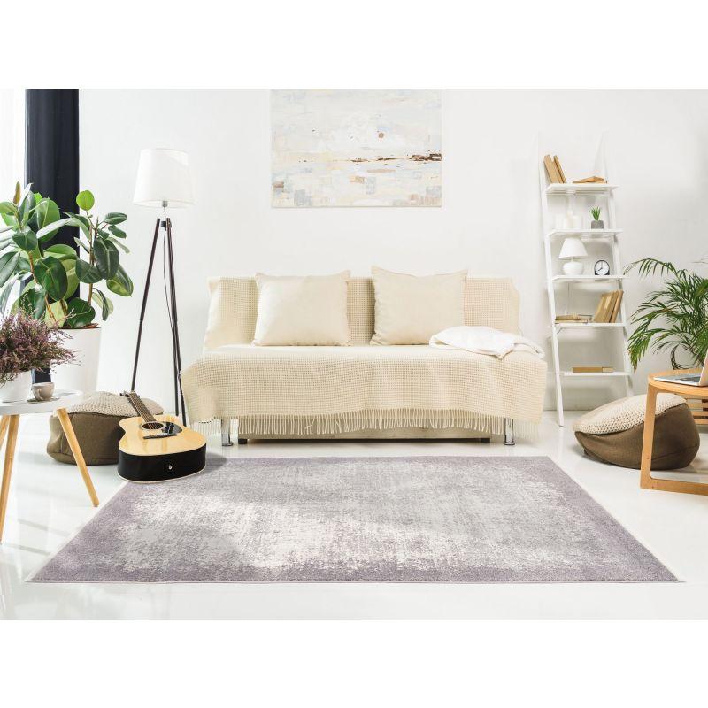 Svetlý interiér a béžová pohovka je doplnený šedým abstraktným kobercom v TOP kvalite.