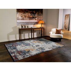 Abstraktný farebný koberec s nízkym vlasom.
