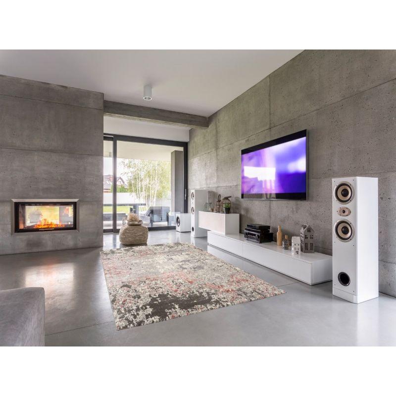 Moderný inteirér všedých farbách s bielym nábytkom je výborne doplnený šedo ružovým kobercom s vitange štílom.