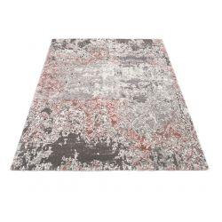 Celkový pohľad na koberec v šedo ružových a bielych farbách.