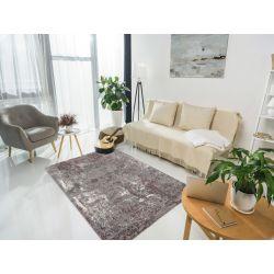 Svetlý interiér s šedo fialovým kobercom typu shaggy. Koberec sa ľahko udržiava čistý.