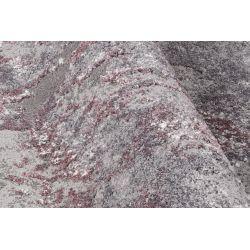 Detail šedo fialového koberca s reliéfnym efektom.