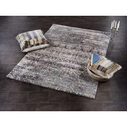 Strakatý chlpatý koberec s hustým vlasom je veľmi praktický na údržbu. Ľahko sa vyčistí a prípadné flaky sa stratia.