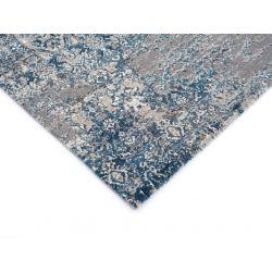 Detail rohu šedo modrého koberca so stredne vysokým vlasom.