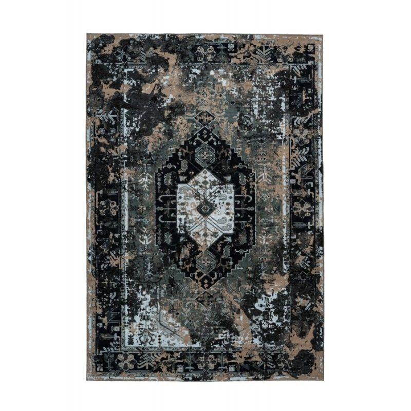 Extravagantný tmavý koberec s vintage orientálnym motívom. Je veľmi príjemný na dotyk. Vyrobený zo 100% recyklovaných PET fliaš.