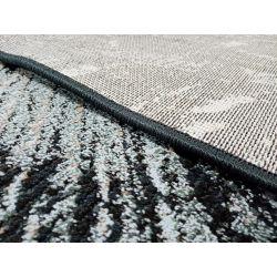 Detail zadnej strany a obšitia tmavého koberca vyrobeného zo 100% recyklovaných PET fliaš.