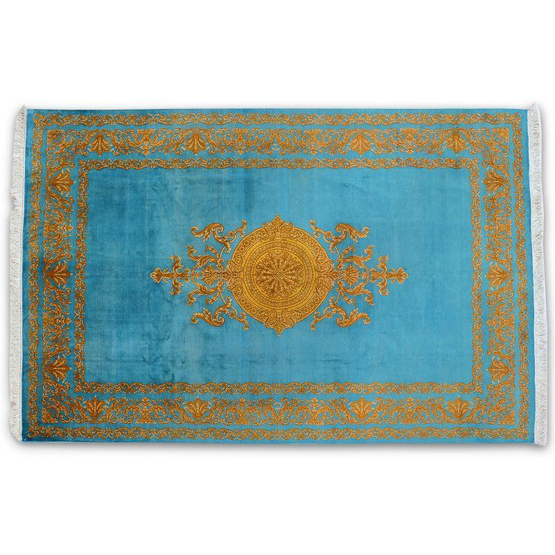 Extravagantný zlato modrý koberec s barokovým dizajnom, ktorý je uviazaný z jemného hodvábu.